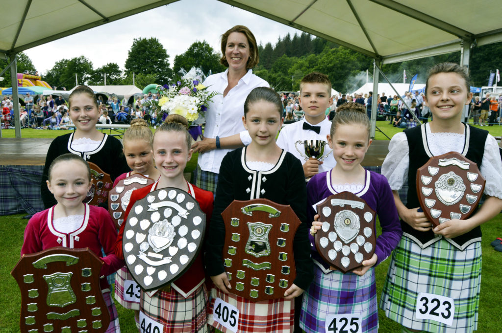 Her Grace the Duchess of Argyll presents the prizes to the pre-premier winners in the dance competitions. JS29INVGAMES20