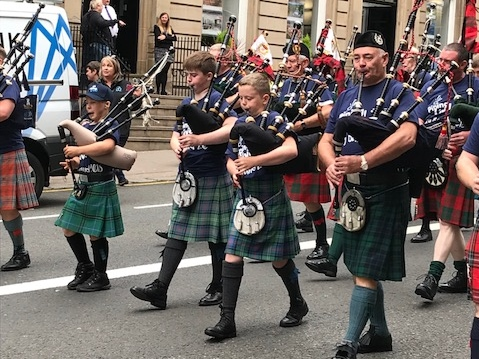 Mid Argyll pipers march through Glasgow for mental health