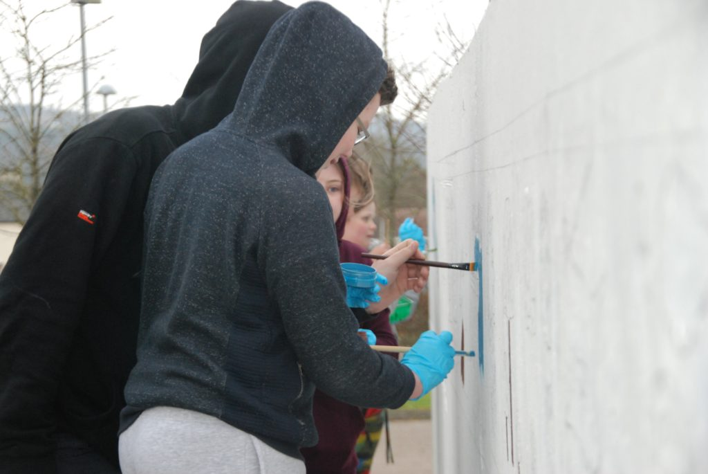 Young painters battle elements to create Blarbuie mural